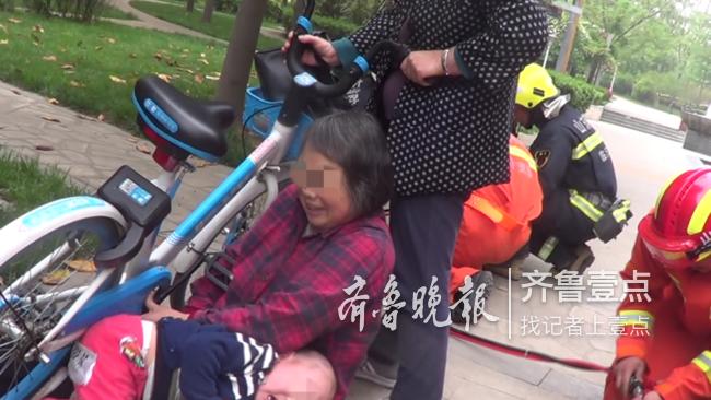 注意儿童安全,临沂一幼童路边玩耍手卡链条哇哇大哭