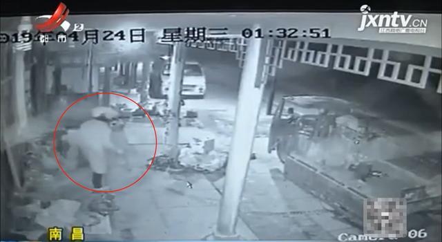男子深夜偷走一车水泵  夫妻遭反锁:睡得太沉了,没一点声音!