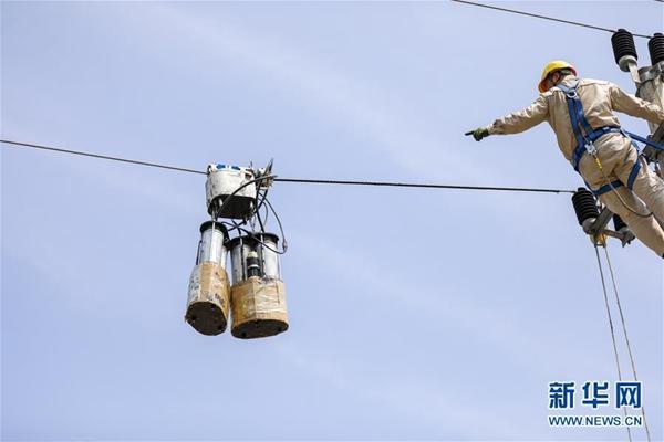 重庆首批导线绝缘化涂覆高空智能机器人正式上岗