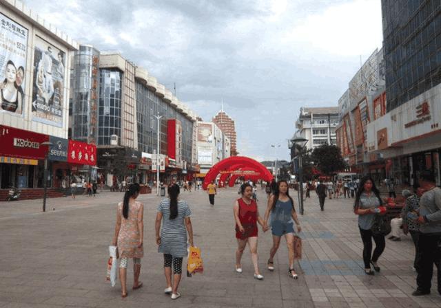 韩国游客来到中国,韩国妹子感到好奇,为何中国人不穿西服?