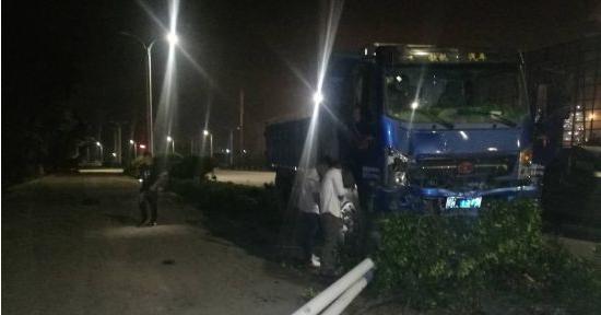 """广西钦州:小货车司机开车打瞌睡 路灯被""""连根拔起"""""""