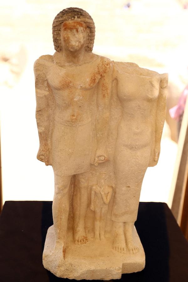 埃及发掘出一处古王国时期墓地,墓主人石灰石雕像现身