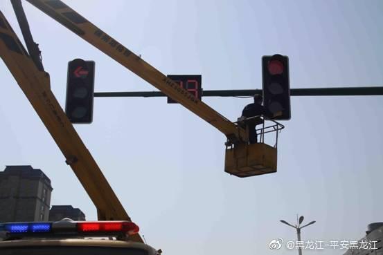 交通信号灯和标志标牌蒙尘 交警擦亮使其重新闪耀