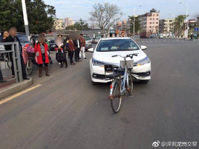 """深圳交警回应""""硬核自行车撞扁轿车车头"""":尴尬,但是真的"""