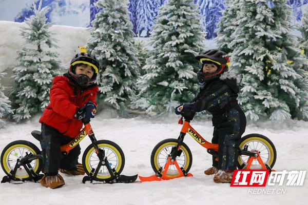 雪地上自行车还能这么玩?看艾瑞克冰雪乐园萌娃大比拼