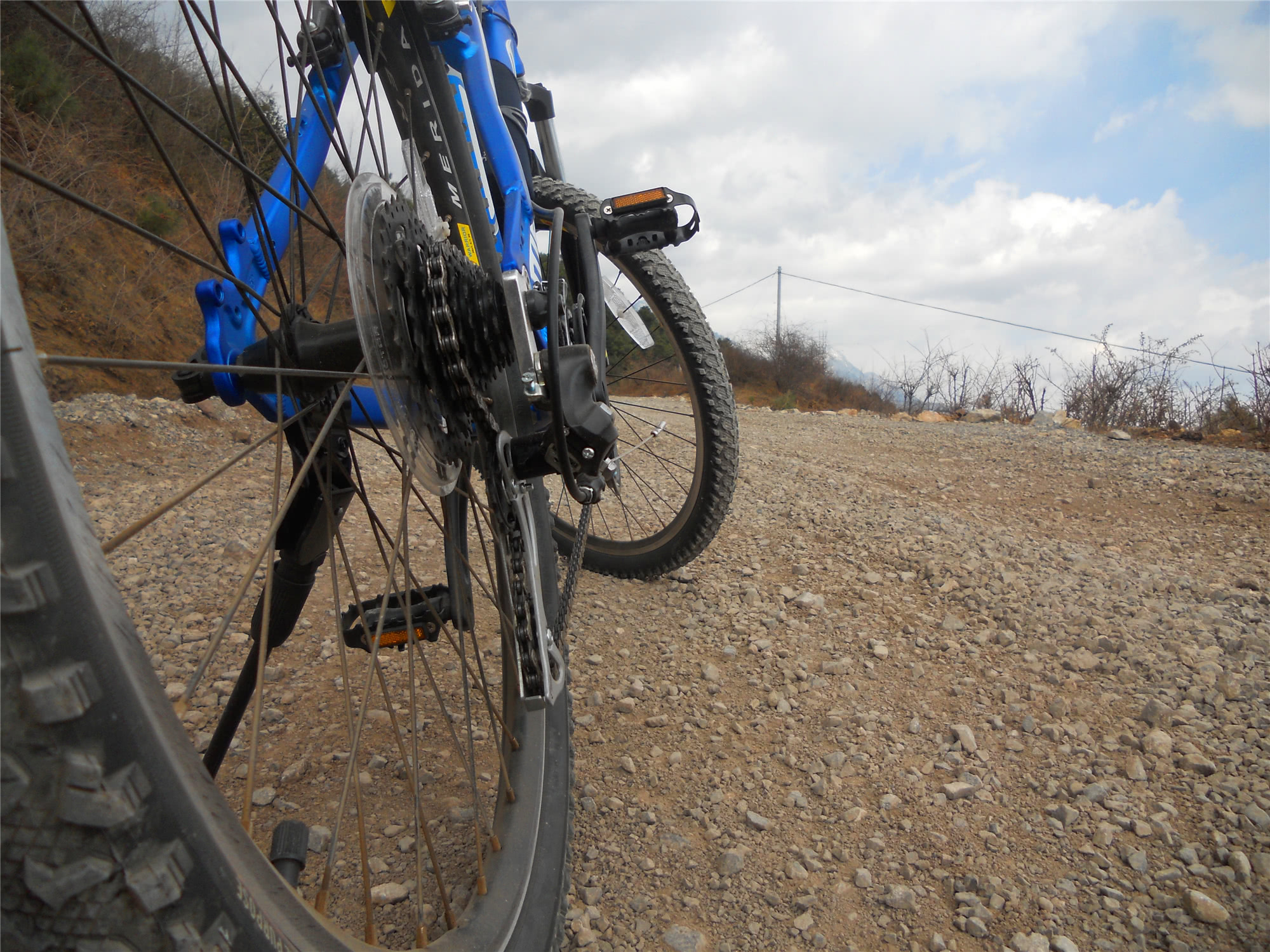 英国男子骑自行车送快递撞人,受害者终身残废,法院判决罚三千元