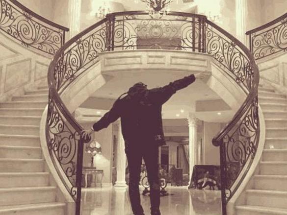 黄子韬晒出自己的豪宅,用大理石做了两条楼梯,豪华媲美欧洲宫殿