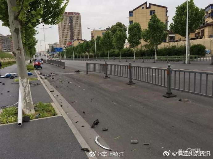 镇江焦山路13节护栏加1个路灯,