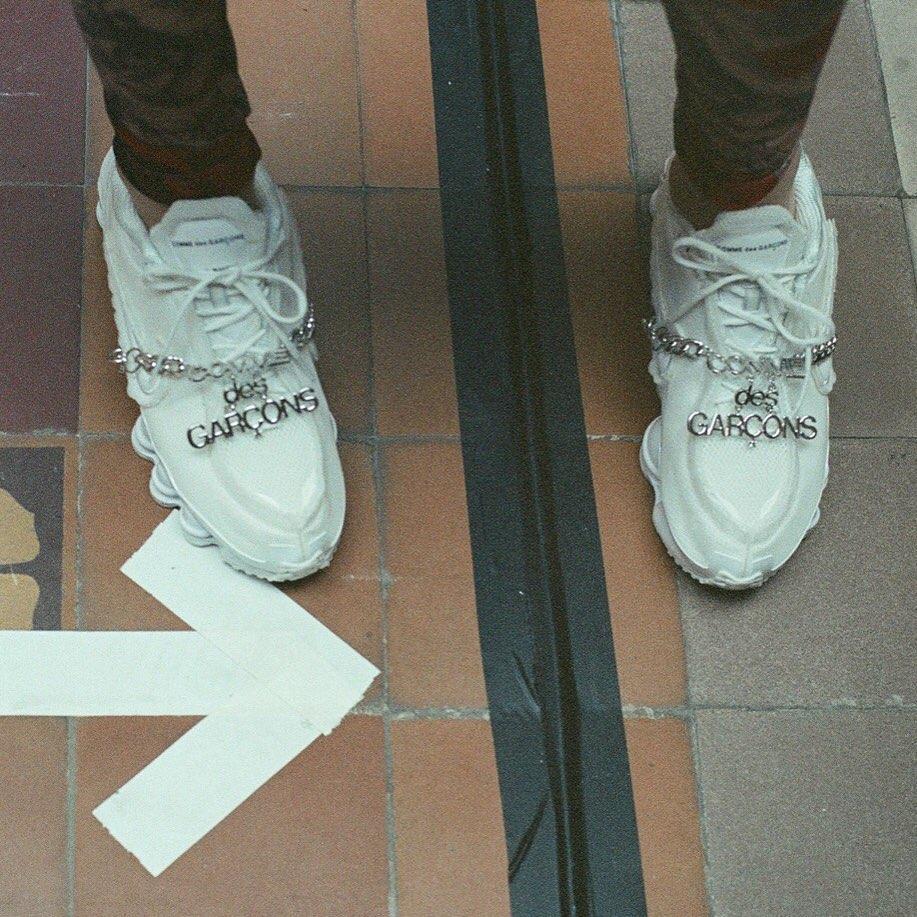 金属挂饰颇具看点!CDG x Nike Shox 联名跑鞋现已发售
