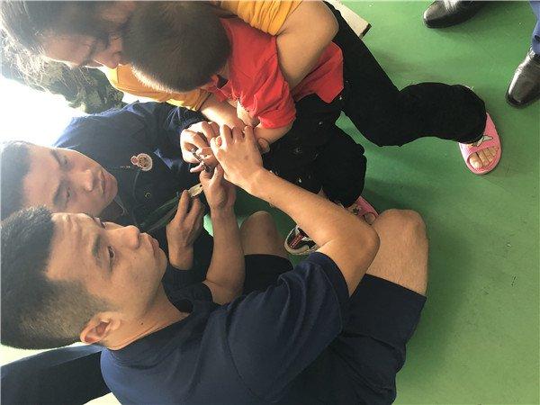 永州一岁男童手指被螺丝帽咬住,家长想办法自救越卡越紧