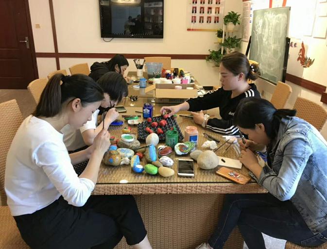 传授艺术 助力扶贫 福鼎市文联举办鹅卵石绘画公益活动