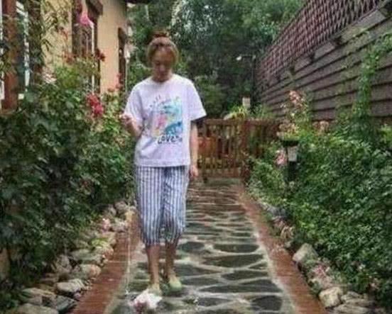 一起看李小冉的豪宅:家里装修了私人花园,鹅卵石小路很精致