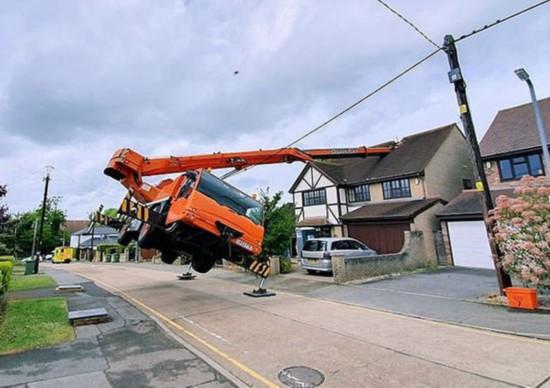 英一起重机作业时意外侧翻?吊臂坠落砸坏房屋
