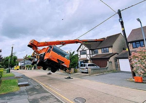 英一起重机作业时意外侧翻 吊臂坠落砸坏房屋