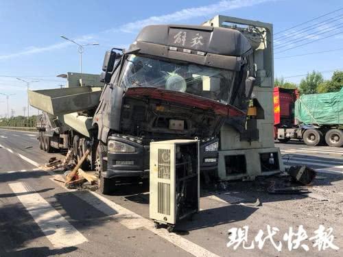 半挂车急刹 60吨机床瞬间砸毁驾驶室