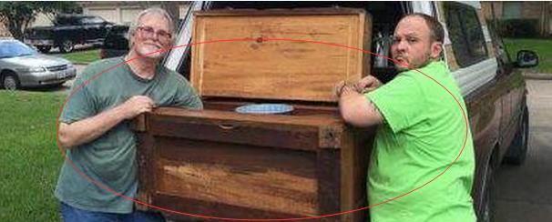 男子买了个木柜,搬运时里面传出异响,里面的东西让人不淡定