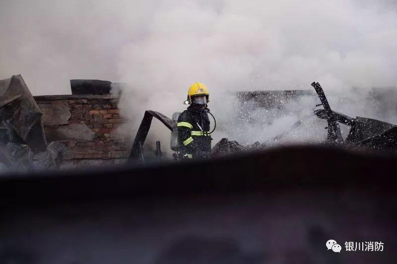 【新焦点】今晨银川六盘山路与清和南街交叉口一彩钢房发生火灾,起火原因和财产损失正在调查中