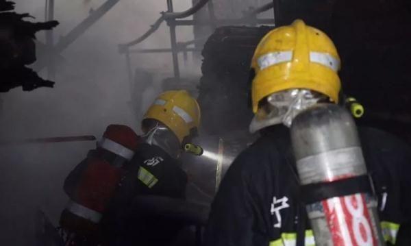 险丨今早,兴庆区一彩钢房发生火灾,起火原因正在调查中!