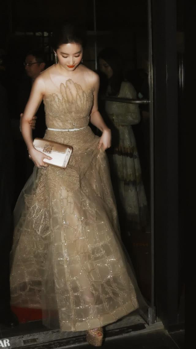 """刘亦菲的""""灯管裙""""太出彩, 感觉关了灯一样闪亮: 不愧是仙女"""