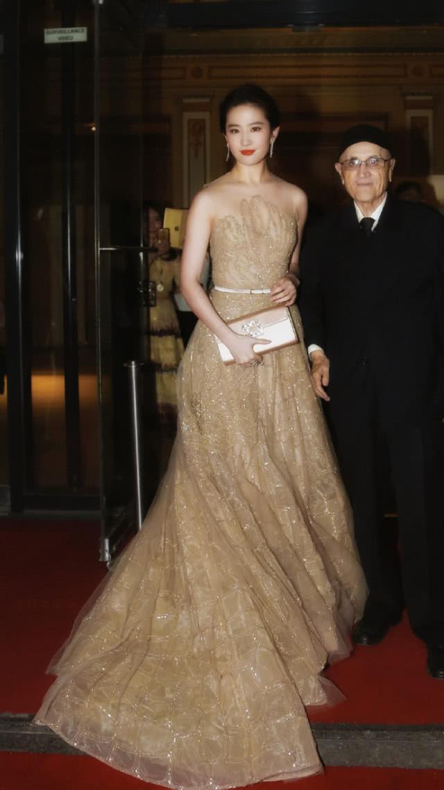 """刘亦菲的""""灯管裙""""太出彩,感觉关了灯一样闪亮:不愧是仙女"""