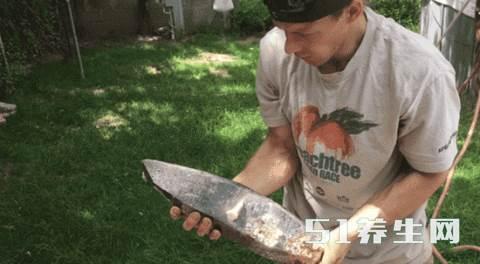 小伙发现大量石块,看清楚后,赶紧用胶袋装起来_图2