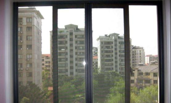 """传统纱窗被越来越多人淘汰了,现在流行装上""""它"""",防蚊还防盗"""