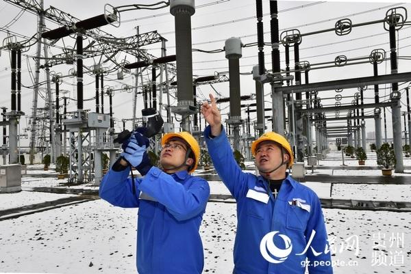 500千伏安顺变:踏雪巡查变电设备 确保电网安全稳定