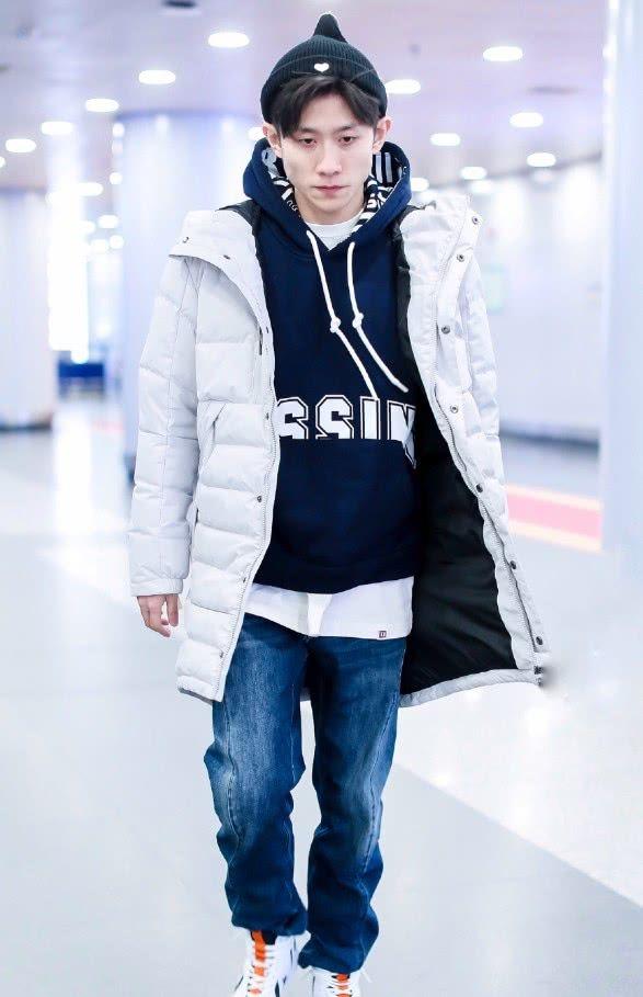 """张一山才是机场王者,穿""""萝卜鞋""""走出大哥范,网友:缺小弟吗?"""