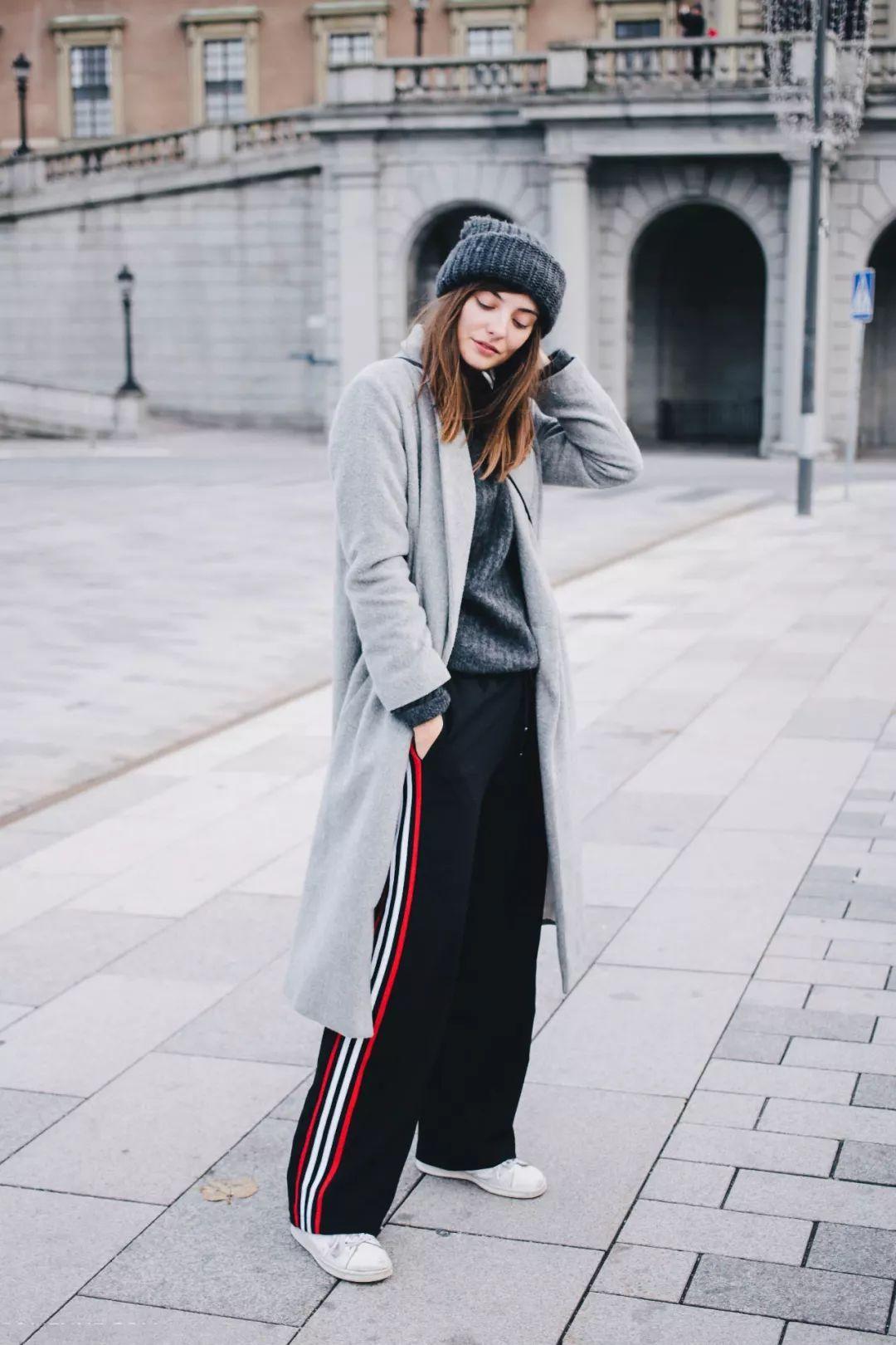 还在用短靴配大衣?明明大衣+运动鞋更时髦!