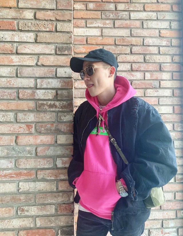 欧豪单身后放飞自我?粉色卫衣配帆布鞋,颜色让网友直呼受不了