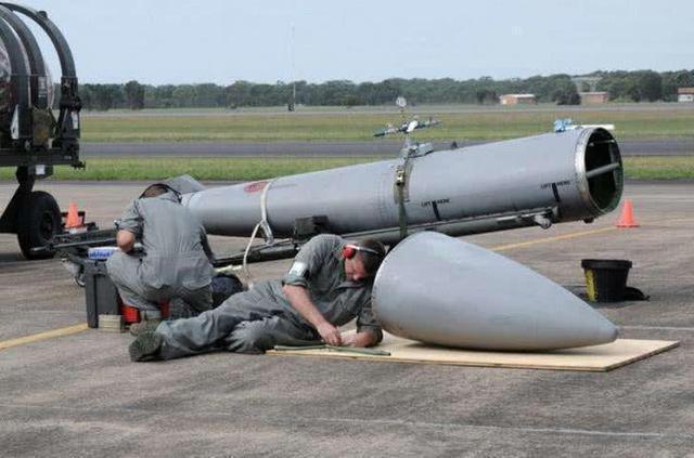 这些战机副油箱是用普通的航空铝材做的