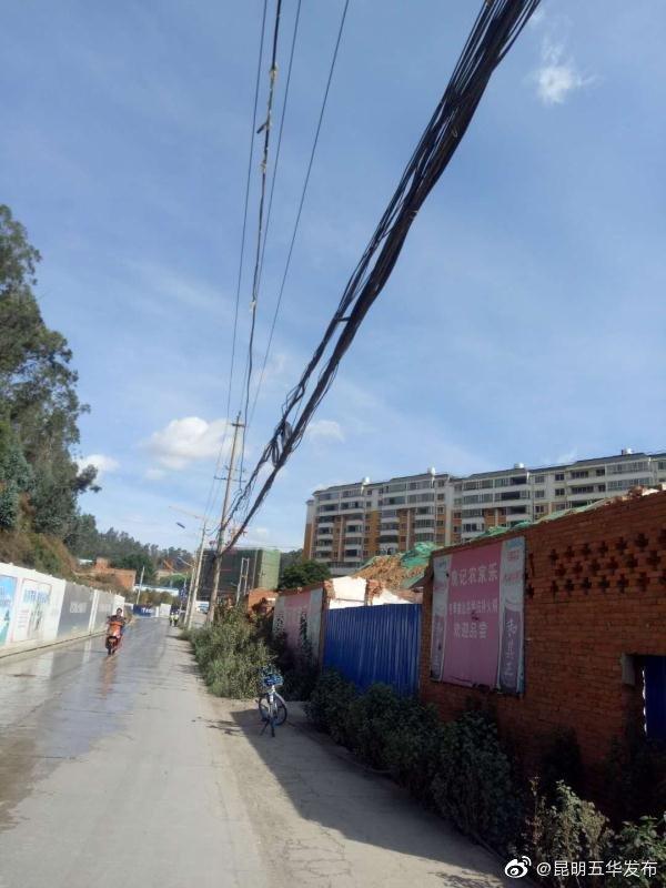 近日,莲华街道办事处辖区核桃箐路部分架空通信线缆散乱垂落路边