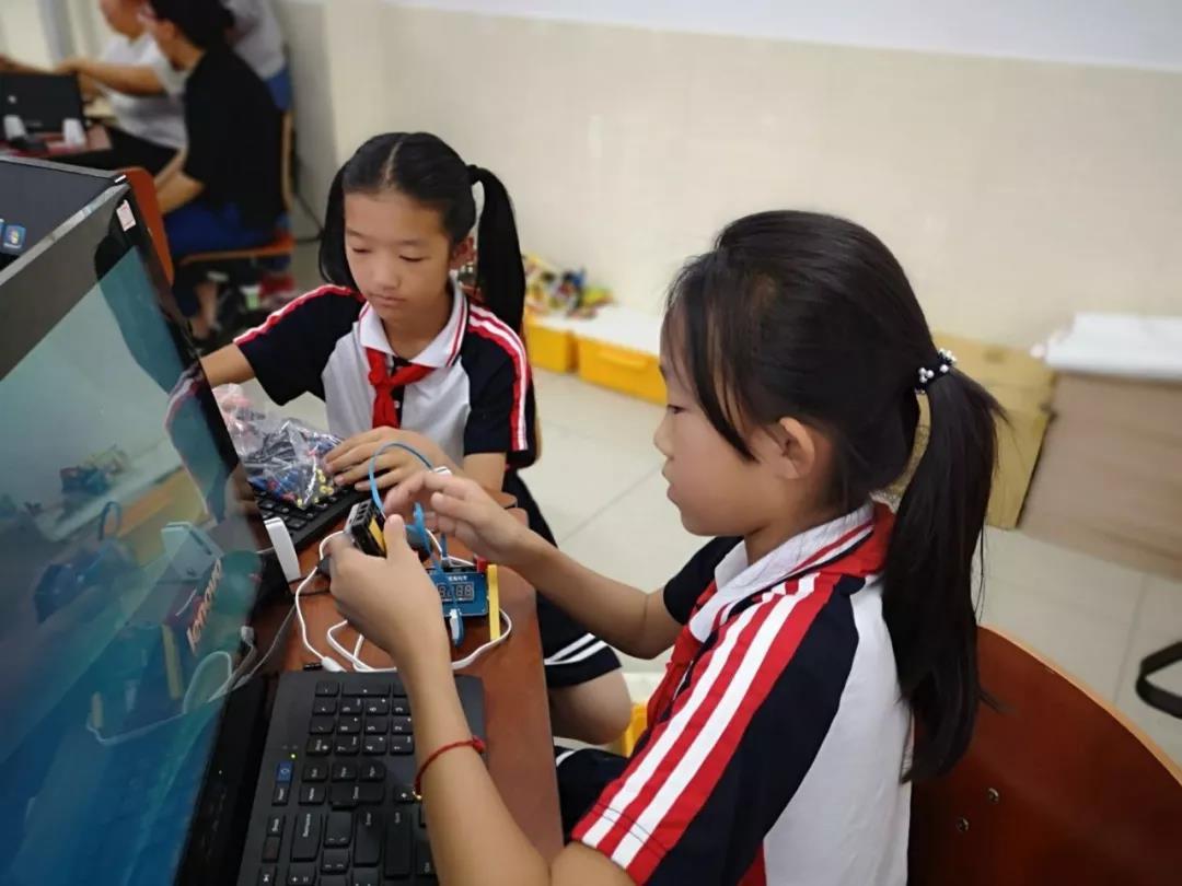 东风学校人工智能课堂探索纪实:炎炎夏日,电子温度计做起来