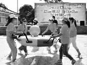 """开展趣味运动会,为社区捐赠健身器材    2019君山区""""公益体彩 赢在社区""""活动举行"""