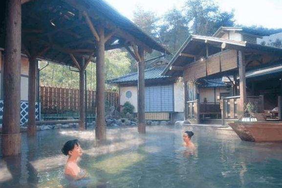 中国去日本泡温泉,跟中国比较有大差异,礼仪上就让国人感到羞涩