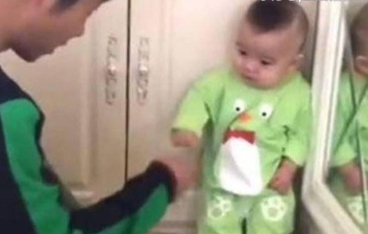 宝爸发现宝宝偷吃零食,让让宝宝在墙角罚站,宝宝的表现亮了