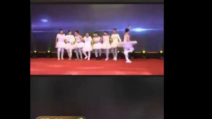 8位男主播扮女装开跳小天鹅,皆为博她一笑,网友:羞耻心呢?