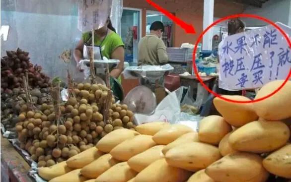 中国人在泰国被不平等对待?水果摊上写中文标牌,明显针对中国人