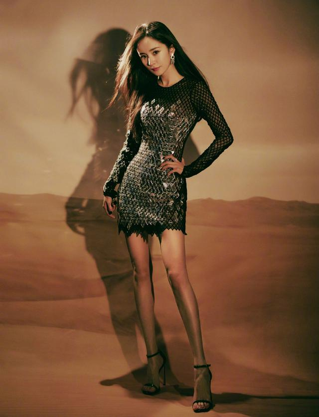 杨幂不愧是带货女王,包臀裙配运动鞋俏丽又时髦,32岁依旧很少女