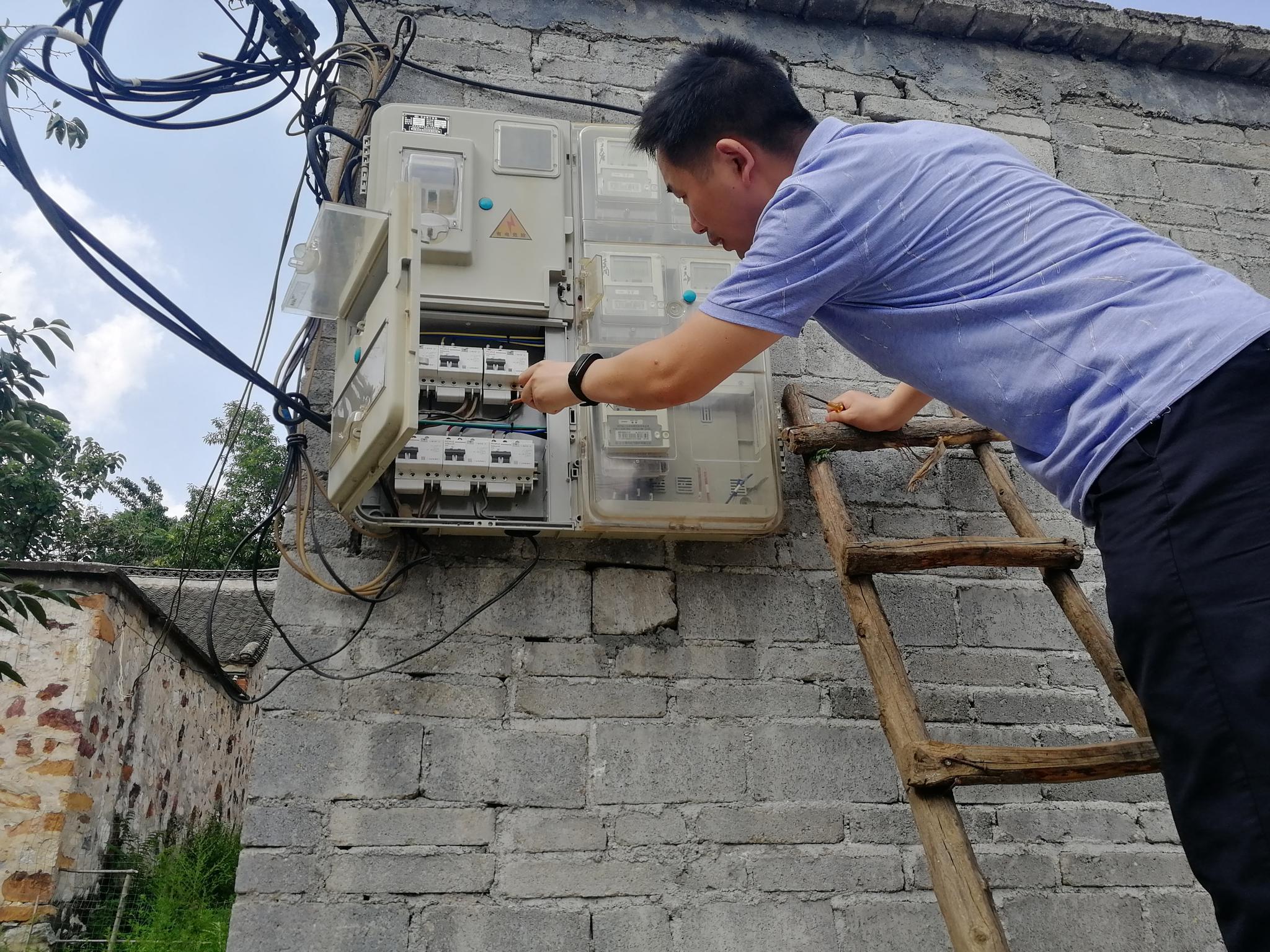桐柏公安肖书鼎:走访扶贫多面通   民警秒变修电工
