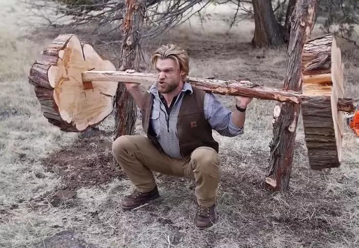 父子二人利用树木建造健身器材,这样是否科学