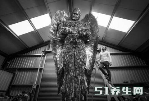 数万把刀具创作的天使雕像,刀具的来源引起路人沉思_图5