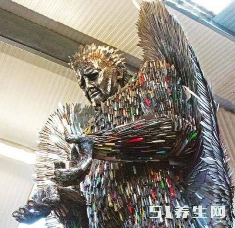 数万把刀具创作的天使雕像,刀具的来源引起路人沉思_图4