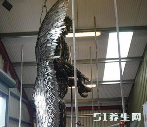 数万把刀具创作的天使雕像,刀具的来源引起路人沉思_图3