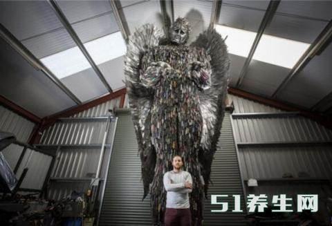 数万把刀具创作的天使雕像,刀具的来源引起路人沉思_图2
