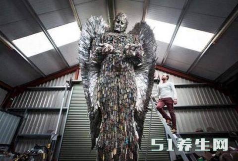 数万把刀具创作的天使雕像,刀具的来源引起路人沉思_图1