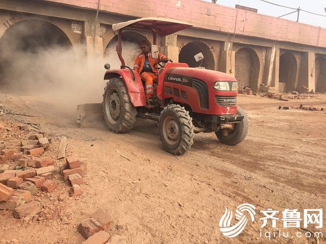 雷沃拖拉机在秘鲁制砖厂作业2