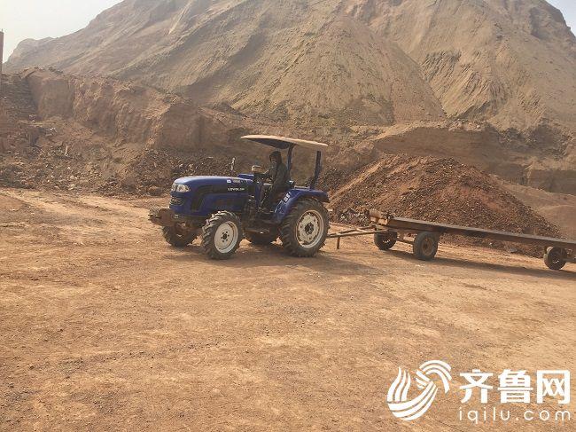 雷沃拖拉机在秘鲁制砖厂准备拉粘土