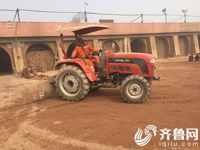 雷沃拖拉机在秘鲁制砖厂作业1
