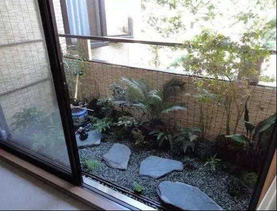 阳台装修贴瓷砖太落伍了,师傅让我买一堆鹅卵石,这样装太聪明了